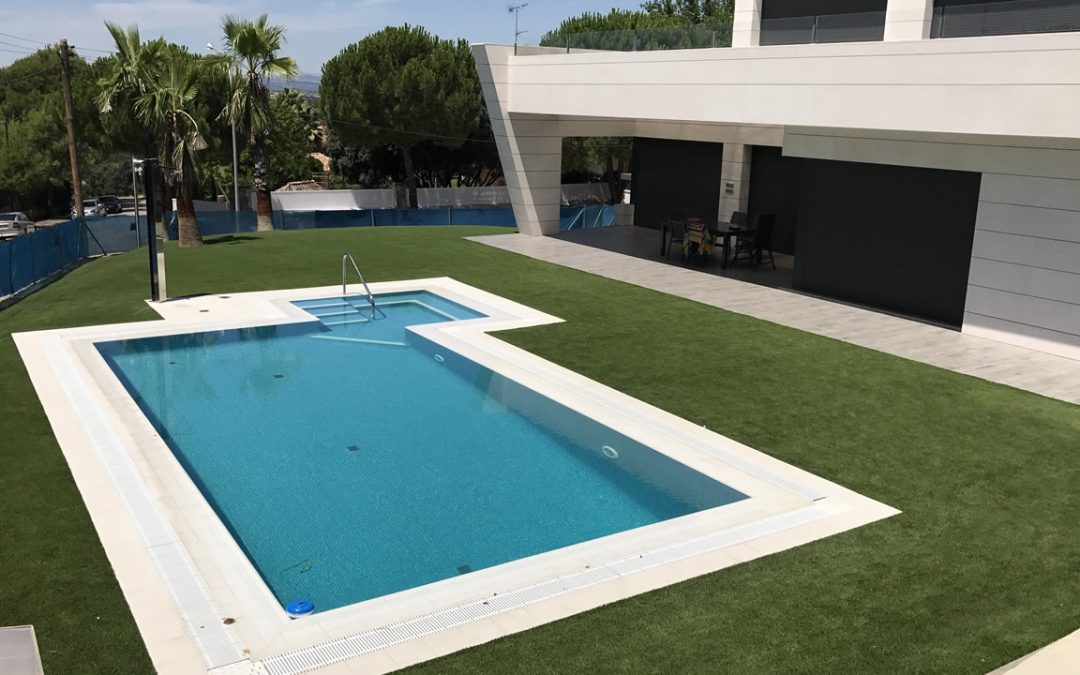 C sped artificial alrededor de una piscina averdece for Piscinas tratadas con sal