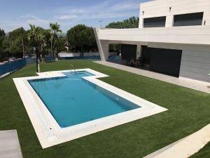 Césped artificial alrededor de una piscina