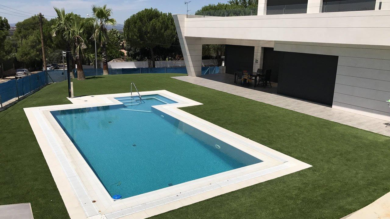 C sped artificial alrededor de una piscina averdece - Cesped artificial piscina ...