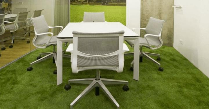 Césped artificial en salas de oficinas